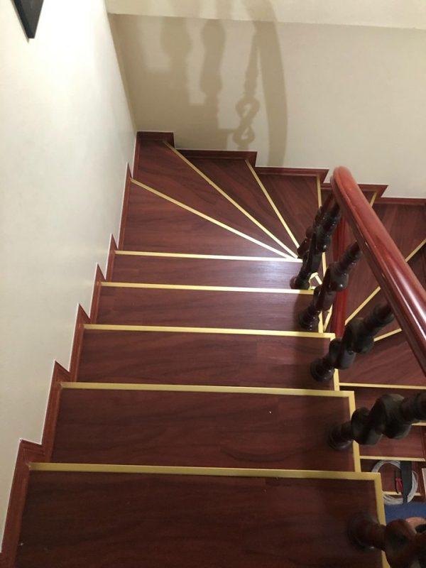 đi xuống cầu thang